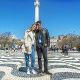 Amaia y Alfred en la Praça do Rossío de Lisboa