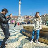 Alfred fotografía a Amaia en la Praça do Rossío de Lisboa