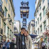 Amaia y Alfred junto al Elevador de Santa Justa en Lisboa