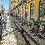 Amaia posa junto a artistas callejeros de Lisboa