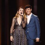 Alfred agarra a Amaia por la cintura durante el segundo ensayo sobre el escenario de Eurovisión 2018
