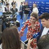 Los medios de comunicación, volcados con Amaia y Alfred en la 'Blue Carpet'