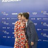 Alfred besa a Amaia en la 'Blue Carpet' de Eurovisión 2018