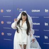 Netta, representante de Israel en Eurovisión 2018, a su paso por la 'Blue Carpet'