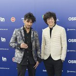 Ermal Meta y Fabrizio, reoresentantes de Italia, en la 'blue carpet' de Eurovisión 2018