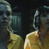 Macarena y Zulema miran sorprendidas lo que ocurre en prisión en el 3x02 de 'Vis a vis'
