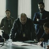 El Inspector Castillo hablando a los empleados de Cruz del Norte en 'Vis a vis'