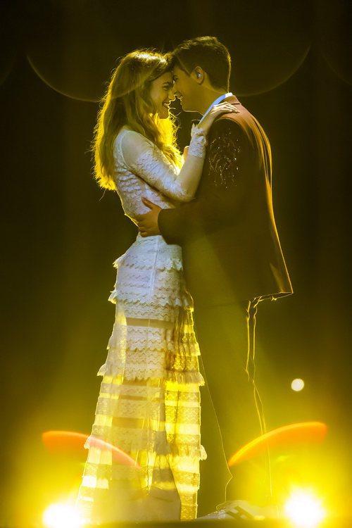 Almaia, enfocados por la iluminación del escenario, sonríen durante el tercer ensayo de Eurovisión 2018