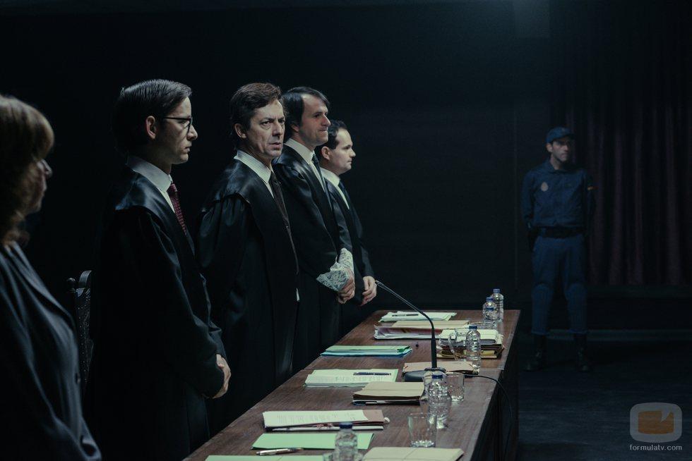 Los jueces del juicio contra los narcotraficantes gallegos en el capítulo final de 'Fariña'
