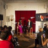 Mario Casas y Milena Martín hablando frente a los periodistas en la presentación de 'Instinto'