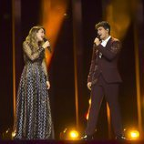 Almaia se miran mientras ensayan por última vez en el escenario de Eurovisión 2018
