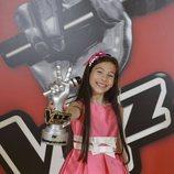 Melani posa con su trofeo tras ganar 'La Voz Kids 4'