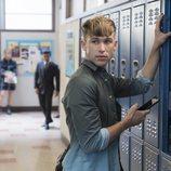 Ryan en el pasillo del instituto en la segunda temporada de 'Por 13 razones'