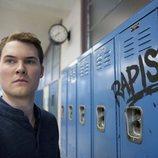 Bryce frente a las taquillas del instituto en la segunda temporada de 'Por 13 razones'