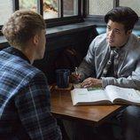 Tony en una cafetería en la segunda temporada de 'Por 13 razones'