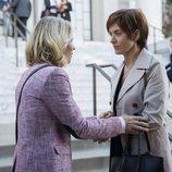 Olivia y Jackie en la entrada del juzgado en la segunda temporada de 'Por 13 razones'