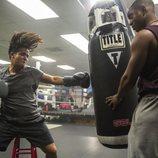 Tony golpea el saco de boxeo junto a Caleb en la segunda temporada de 'Por 13 razones'