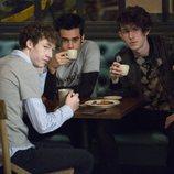 Cyrus en la cafetería junto a Tyler y otro amigo en la segunda temporada de 'Por 13 razones'