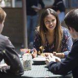 Jessica en una terraza en la segunda temporada de 'Por 13 razones'