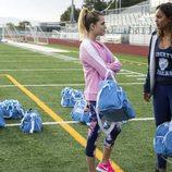Chloe y Jessica hablan en el campo de fútbol en la segunda temporada de 'Por 13 razones'