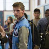 Montgomery en el pasillo del instituto en la segunda temporada de 'Por 13 razones'