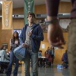 Justin mira desafiante a Bryce en la segunda temporada de 'Por 13 razones'