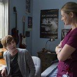 Alex Standall habla con su madre en la segunda temporada de 'Por 13 razones'