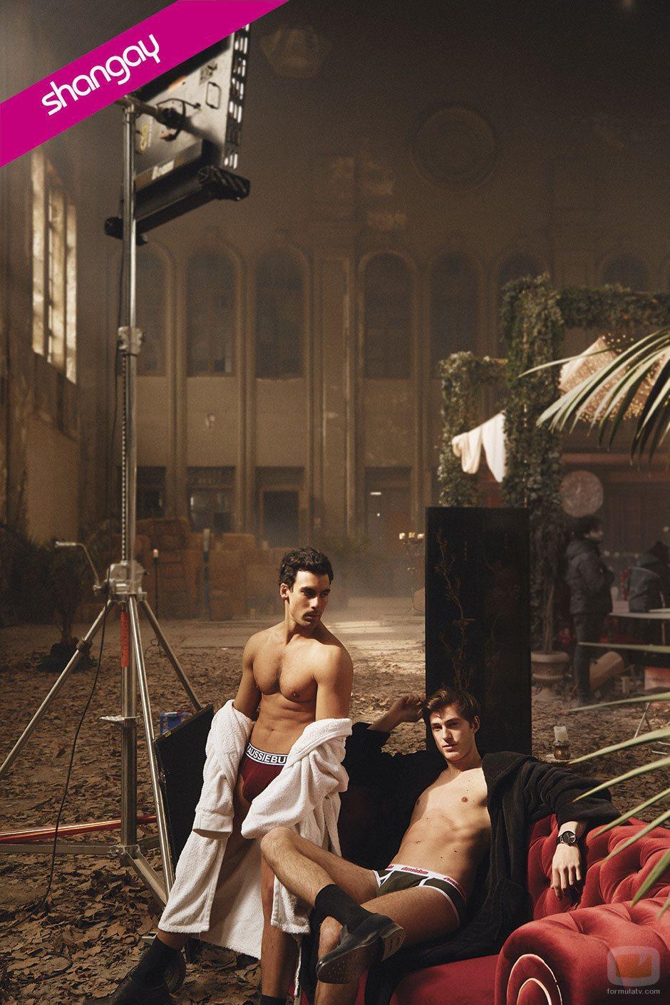 Christian Sánchez y Manu Vega, actores de 'Cupido', en una foto sexy para Shangay