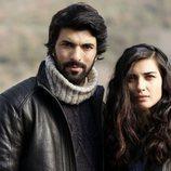 Engin Akyürek y Tuba Büyüküstün, protagonistas de 'Amor de contrabando'