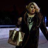 Paquita Salas camina por una carretera de noche en la segunda temporada de 'Paquita Salas'