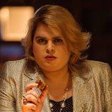Brays Efe se transforma en 'Paquita Salas', con un plato de torreznos, en una imagen de la segunda temporada
