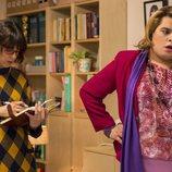 Paquita y Magüi atienden una llamada en la oficina de PS Management en 'Paquita Salas'