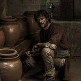 Bernat Stanyol en el primer capítulo de 'La catedral del mar' en un sótano