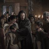 Grau junto a su familia en el primer capítulo de 'La catedral del mar'