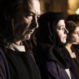 Grau Puig en el funeral de su hijo durante el primer capítulo de 'La catedral del mar'