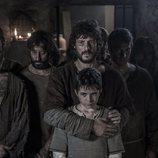 Bernat Stanyol y su hijo contemplan atemorizados una tortura en 'La catedral del mar'