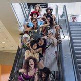 Las protagonistas de 'GLOW' en unas escaleras mecánicas durante la segunda temporada