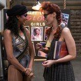 Sunita Mani y Kate Nash hablan entre los entrenamiento en una imagen de 'GLOW'
