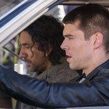 Jonas Maliki y Will Gorski hablan en el interior de un coche en el final de 'Sense8'