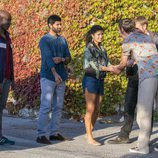 Capheus, Rajan, Kala y Wolfgang saludan a un misterioso hombre en el episodio final de 'Sense8'
