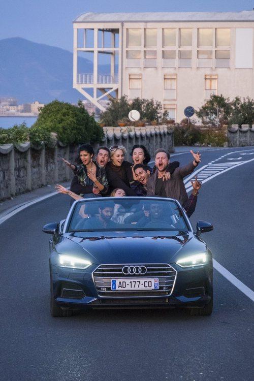 Los ocho protagonistas de 'Sense8', junto a Rajan, por una carretera del episodio final