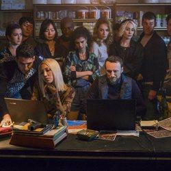 Los protagonistas de 'Sense8' se reúnen con dos expertos informáticos en el último episodio