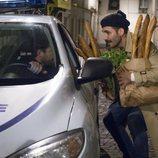 Lito habla con un policía en el cierre definitivo de 'Sense8' en Netflix