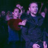 Lila Facchini apunta con una pistola mientras Wolfgang está esposado en 'Sense8'