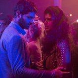 Rajan y Kala se muestran preocupados en una fiesta durante el final de 'Sense8'