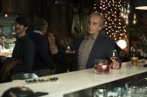 Jacobo Vidal y su hijo Tomás en un restaurante en la serie 'Matar al padre'