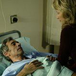 Antonio Alcántara mantiene una coversación con su mujer en el hospital en el capítulo