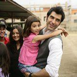 Jorge Fernández con una niña en brazos en 'Esta casa era una ruina'