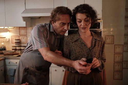 Jacobo y Mireya miran un móvil en una escena de 'Matar al padre'
