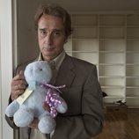 Jacobo Vidal sostiene un peluche en sus manos en 'Matar al padre'